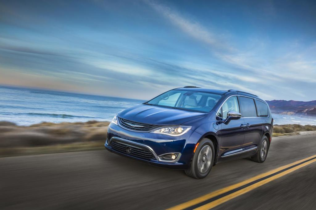 122216-cc-chrysler-pacifica-hybrid-is-electrifyingly-impressive-3